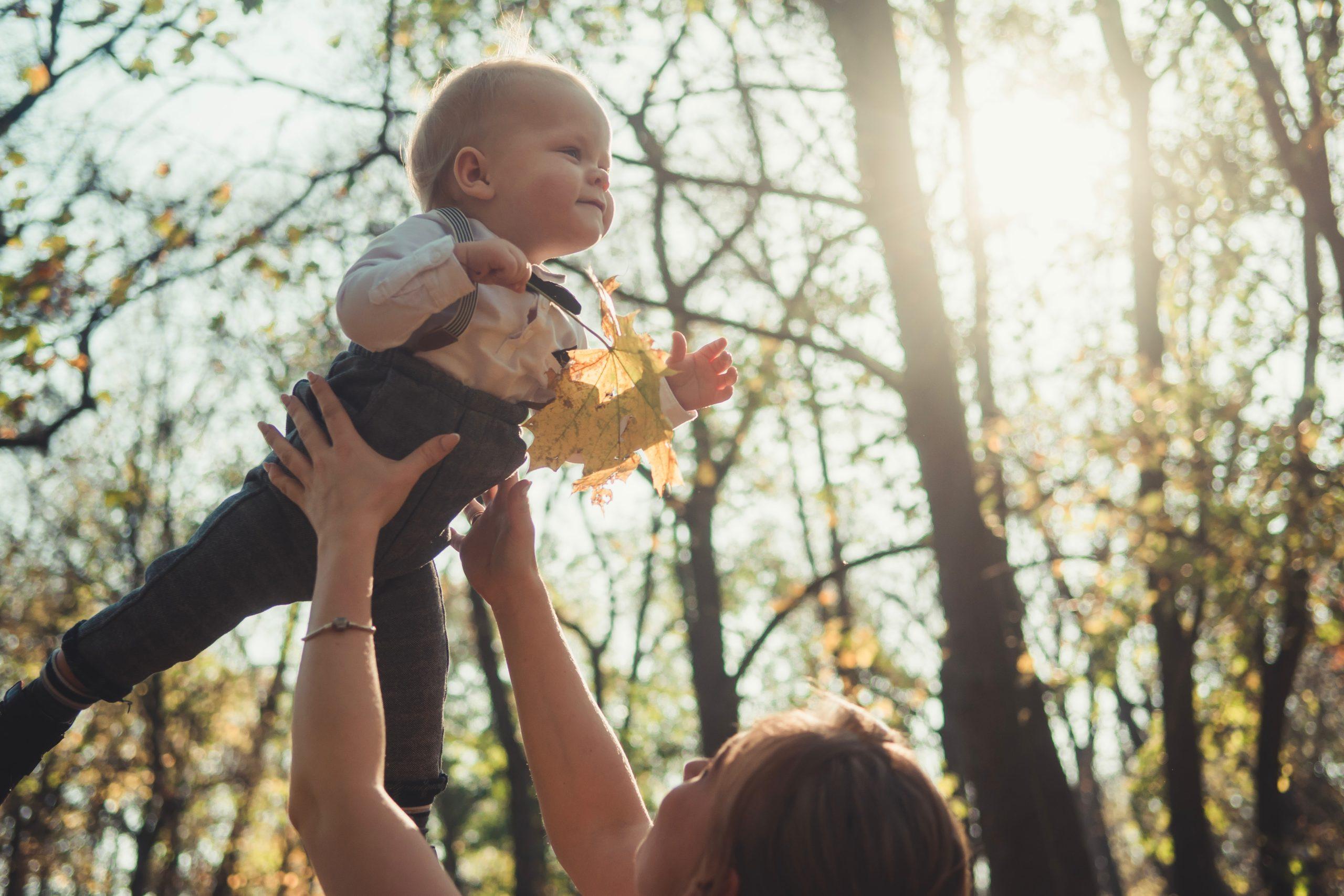 KITA Erzieherin mit Kind in den Händen
